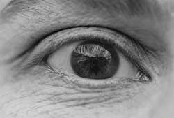Her ses rynker under øjnene hos en mand