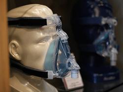 Her ses en næsemaske, der bruges ved CPAP (behandling for søvnapnø)